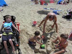 spelen strand toekijken